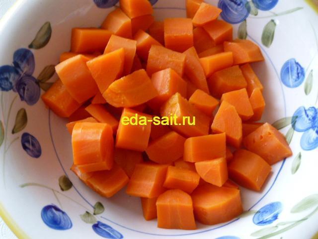 Нарезать морковь крупными кубиками в нахудшурак