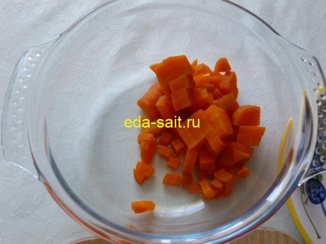 Нарезать морковь кубиками в салат