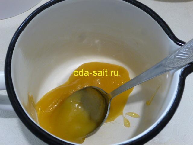 Выложить мед в кружку