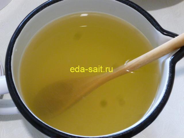 Залить мед водой и перемешать