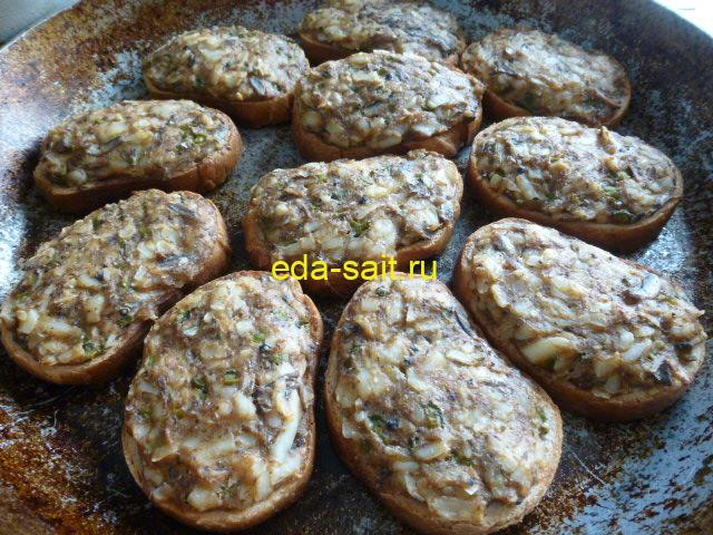 Бутерброды с килькой в томате запеченные