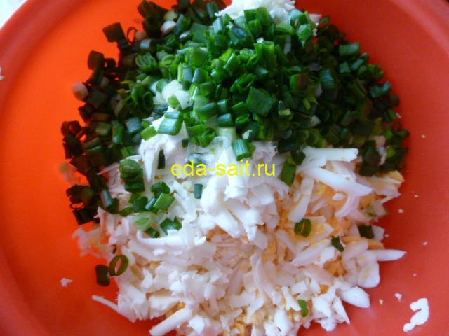 Добавить к яйцам и сыру зеленый лук