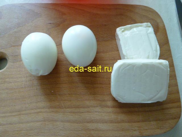 Яйца и сыр для пирожков на картофельном тесте