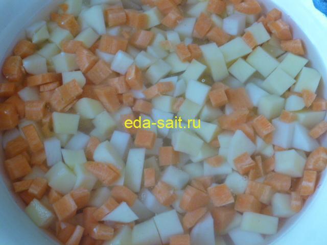 Нарезать картошку и морковь кубиками