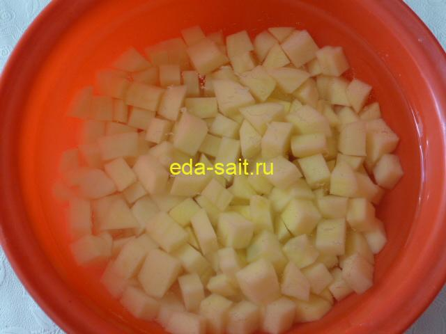 Нарезать картошку в суп со шпинатом