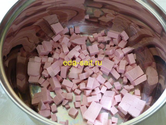 Нарезать колбасу в окрошку кубиками