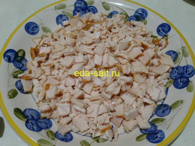 Нарезать куриное мясо кубиками
