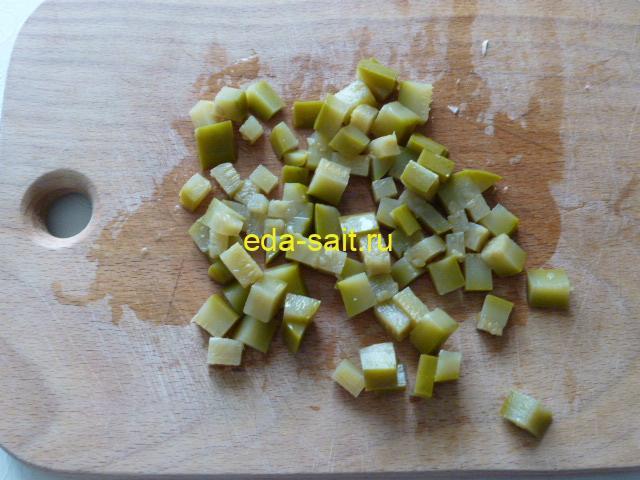 Нарезать соленые огурцы мелкими кубиками