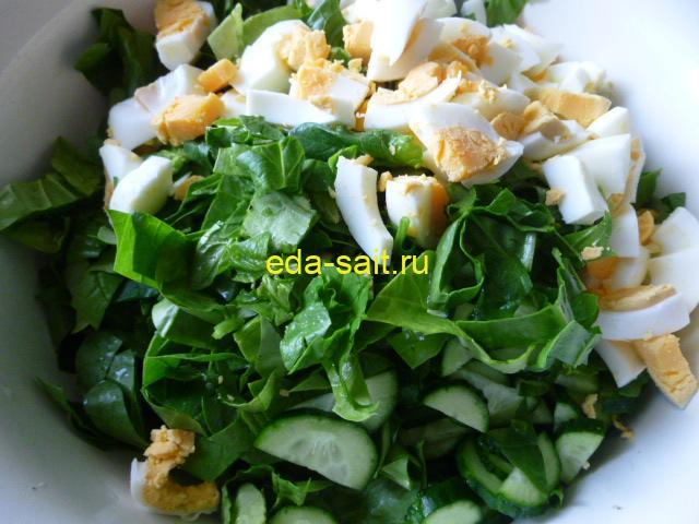 Нарезать в салат со шпинатом яйца