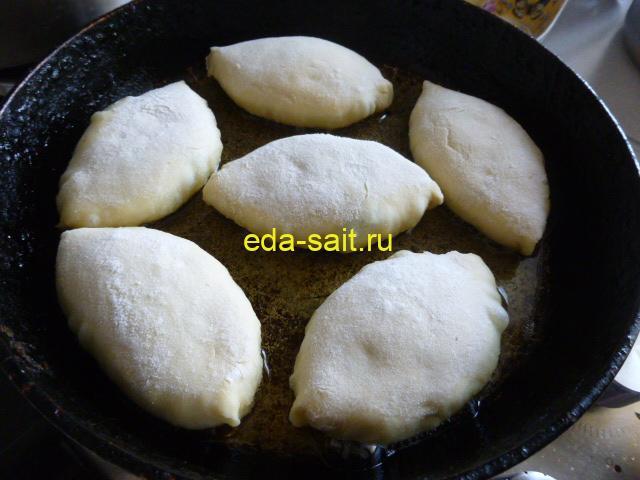Обжарить пирожки из картофельного теста