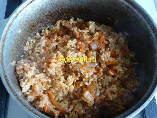 Перемешать кролика с рисом и овощами