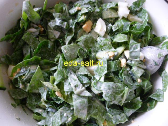 Перемешать салат из шпината с майонезом