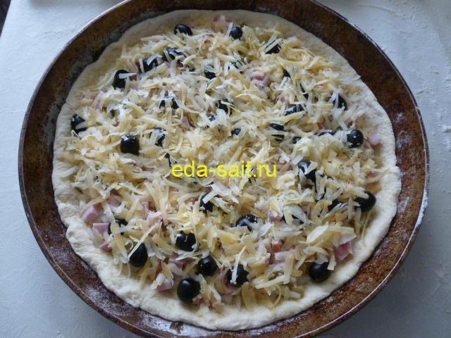 Посыпать пиццу на картофельном тесте сыром