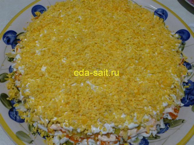 Посыпать салат изумрудный желтком