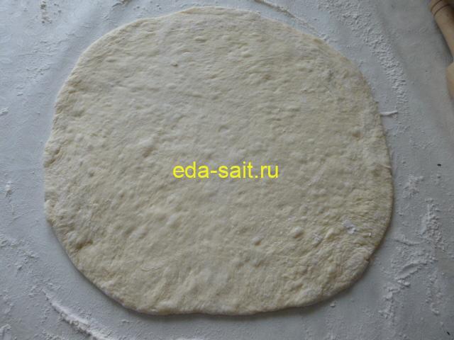 Раскатать картофельное тесто для пиццы