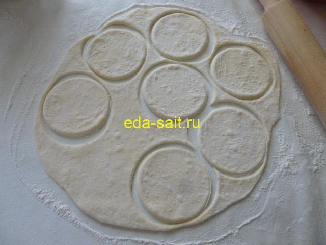 Раскатать картофельное тесто в тонкий пласт