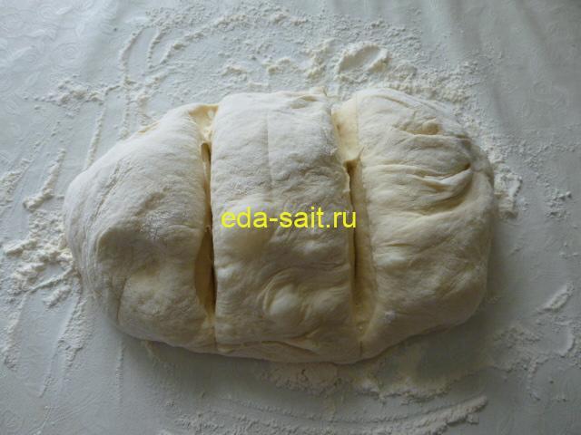 Разделить картофельное тесто на три части