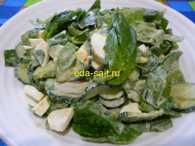 Салат из шпината с огурцами и яйцами фото