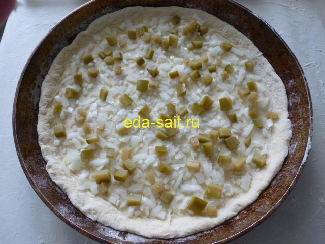 Выложить на лук соленые огурцы