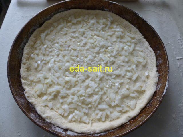 Выложить на тесто лук