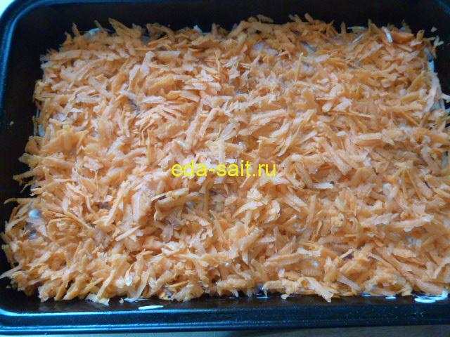 Выложить поверх свинины морковь