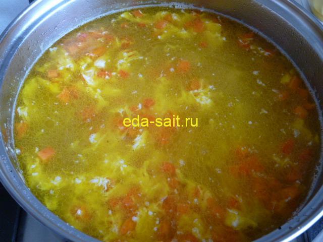 Залить в суп со шпинатом яйца