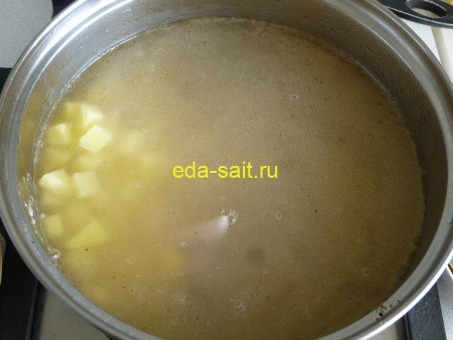 Заложить в суп со шпинатом картошку