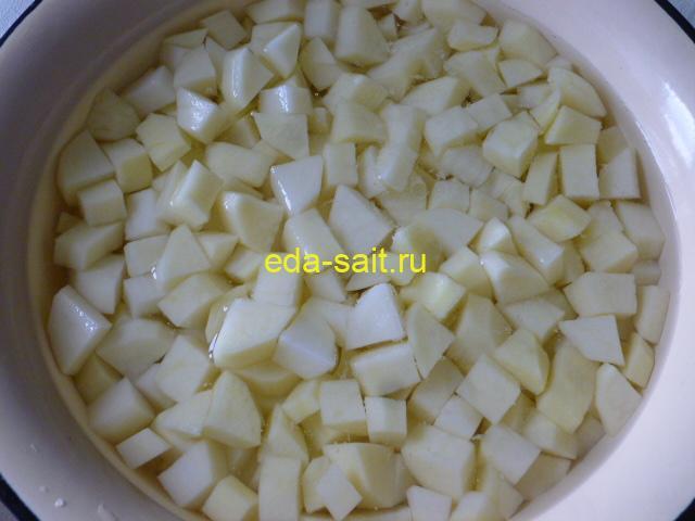 Нарезать картошку кубиками для тушения с говядиной