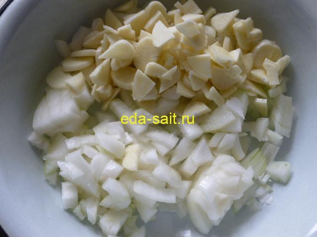 Нарезать лук и чеснок для тушения с говядиной