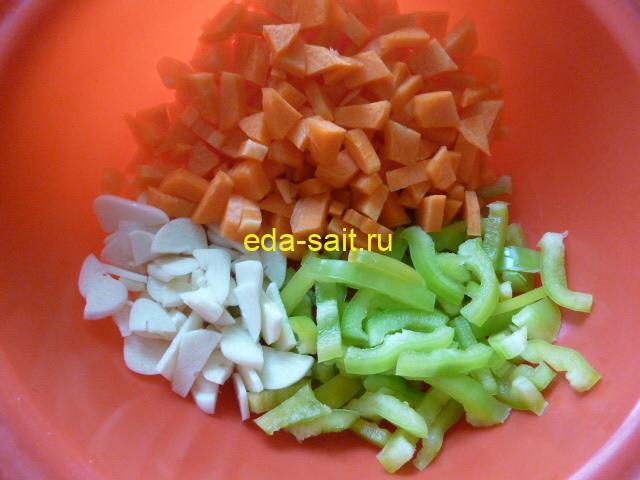 Нарезать морковь, болгарский перец и чеснок