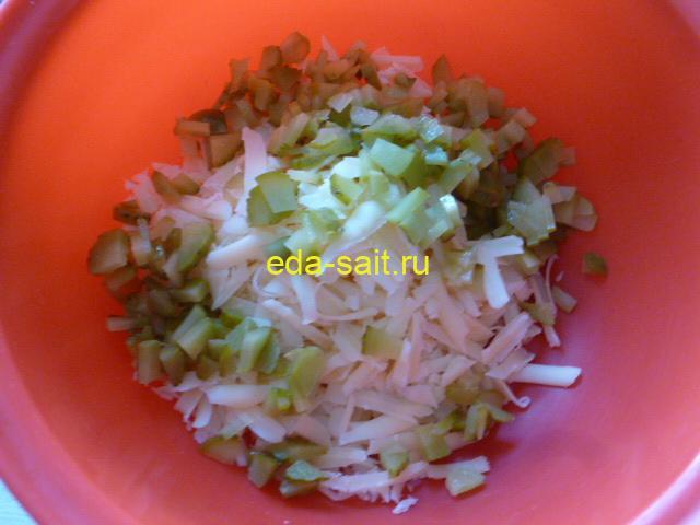 Нарезать соленый огурец