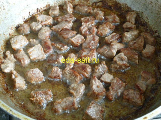 Обжарить говядину перед тушением