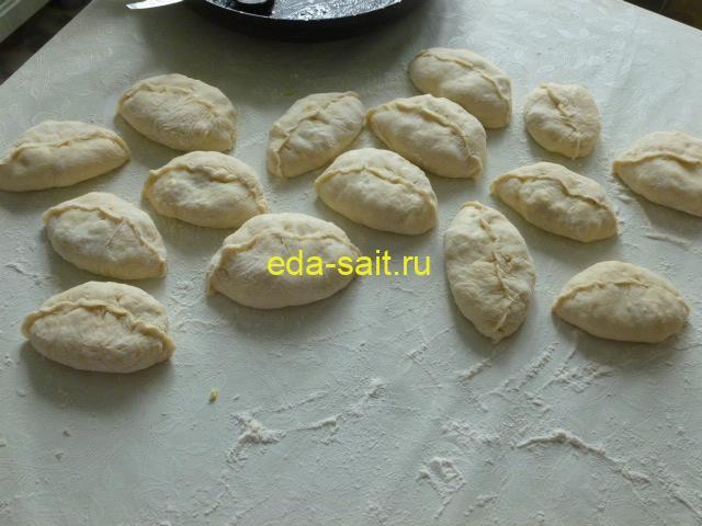 Сформированные пирожки с капустой и яйцами
