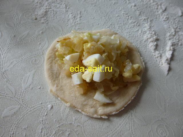 Выложить на кружки теста капусту с яйцами