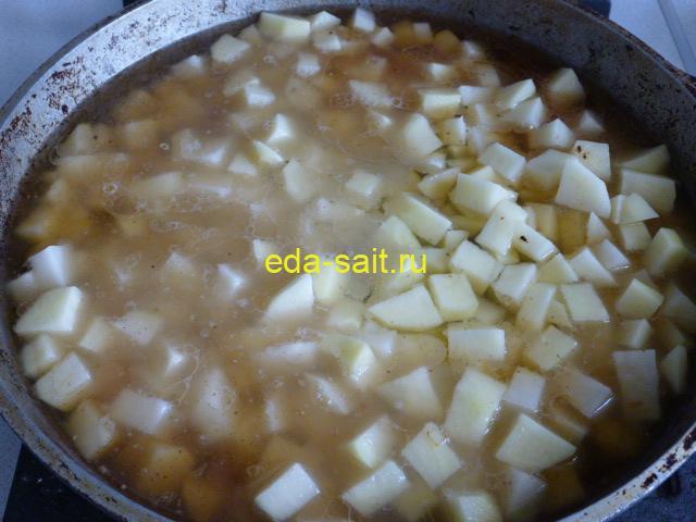 Залить картошку с говядиной водой