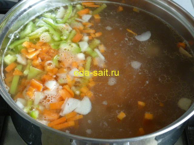 Заложить в щи с говядиной свежие овощи