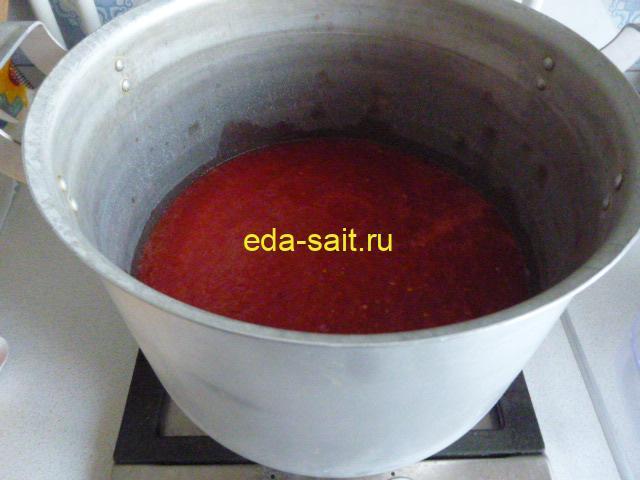 Поставить измельченные помидоры на плиту