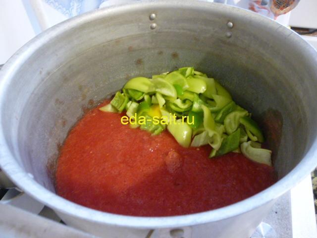 Выложить болгарский перец к помидорам