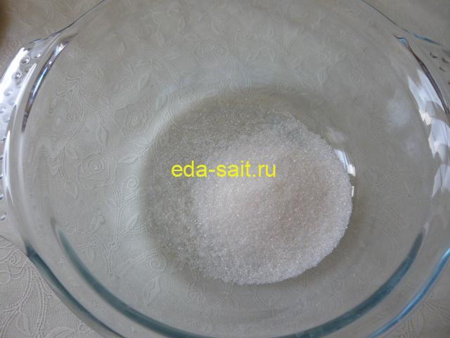 Высыпать в миску сахар