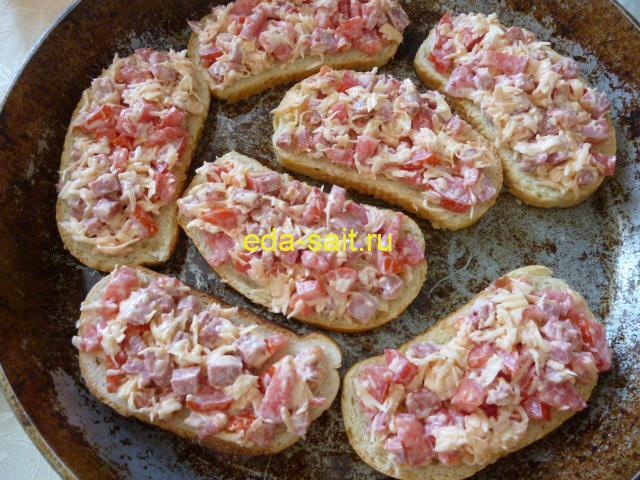 Бутерброды с колбасой, помидорами и сыром пошаговый рецепт