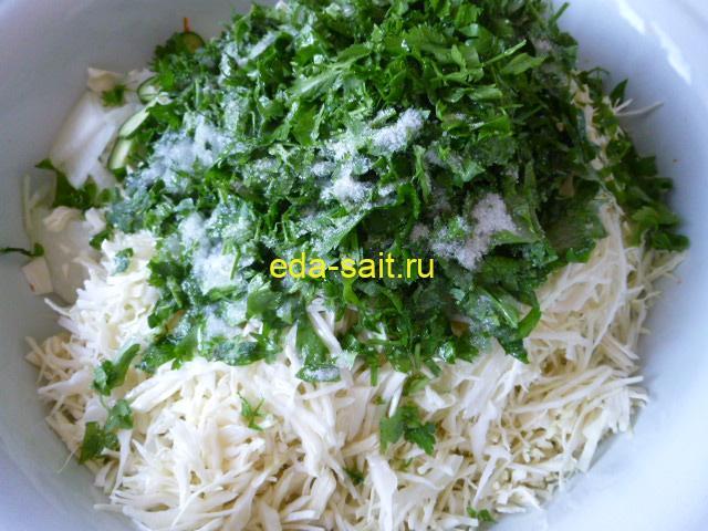 Добавить в салат с капустой соль, сахар и масло