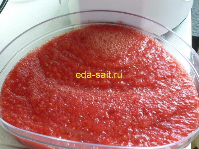 Измельчить помидоры через мясорубку для кабачковой икры
