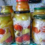 Консервированный перец с луком и помидорами