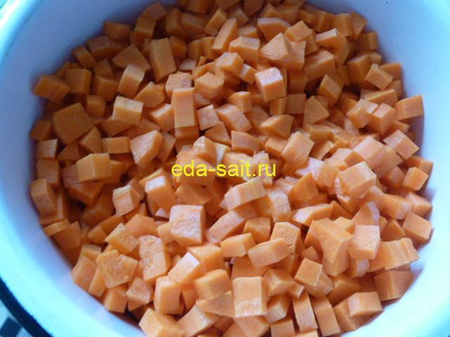 Нарезать морковь для салата с рисом