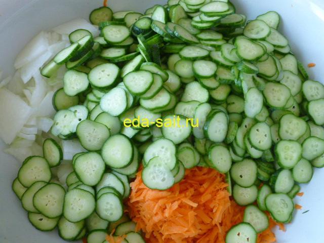Нарезать огурцы кружками для салата с капустой