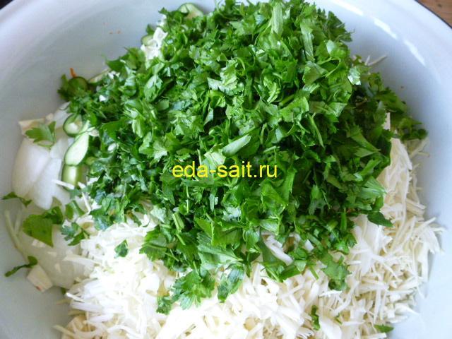 Нарезать зелень для салата с капустой и огурцами