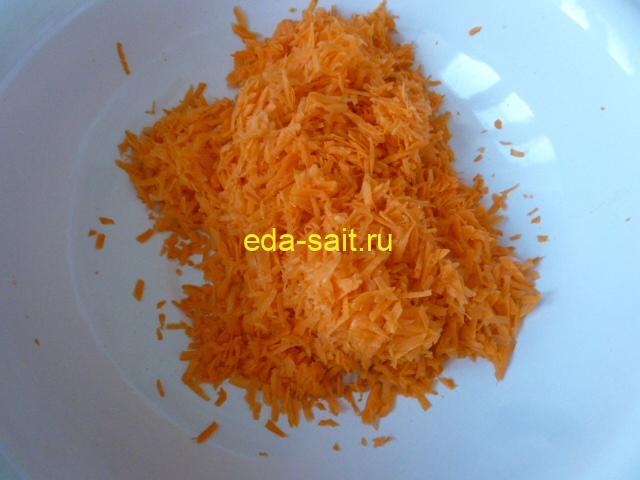 Натереть морковь на крупной терке в салат с капустой