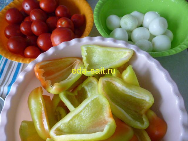 Подготовленные перец, лук и помидоры для консервирования