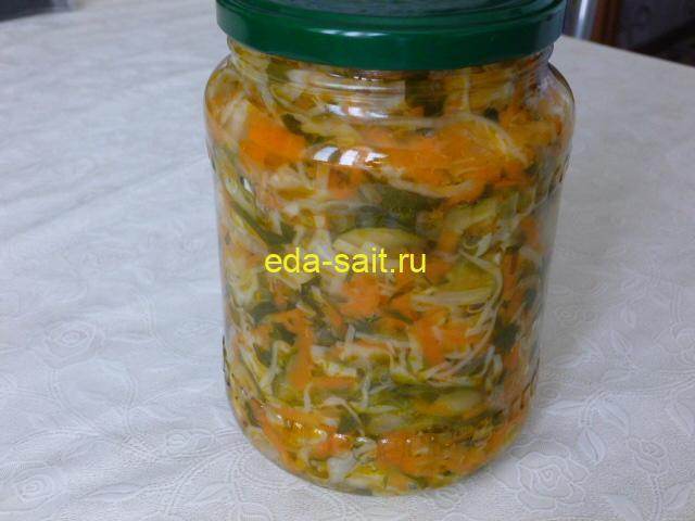 Салат с капустой, огурцами и овощами фото