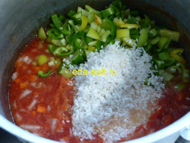 Салат с рисом и овощами посолить